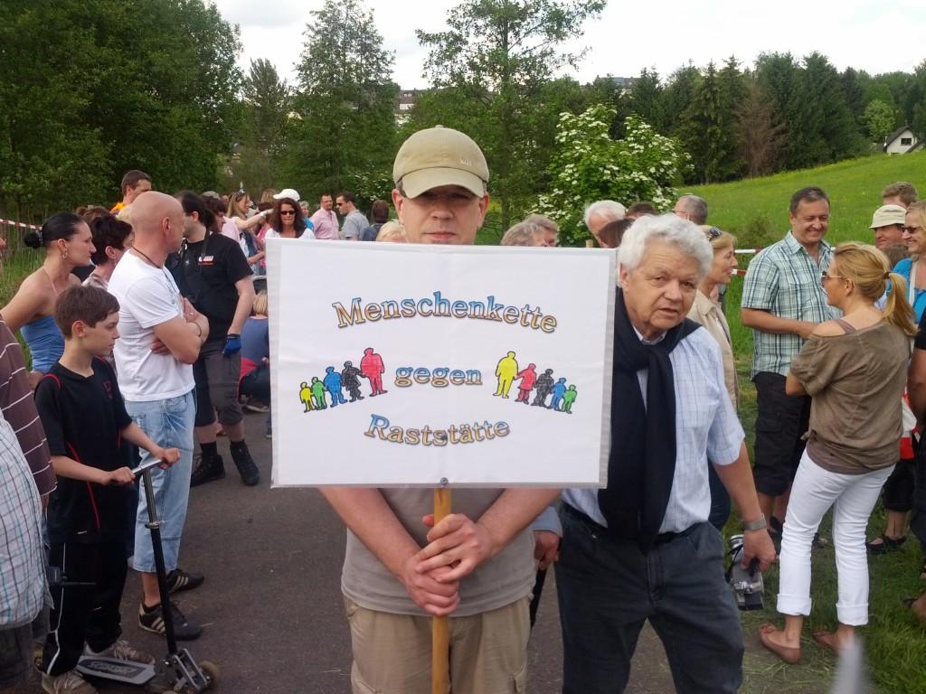Menschenkette gegen geplante Raststätte