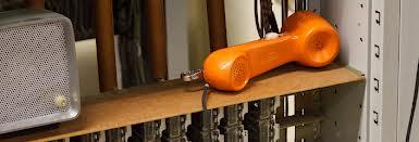Kommunikation: Telefonhörer, Lautsprecher, Serverschrank